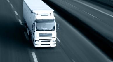 Lkw beim Transport von Gütern auf der Autobahn